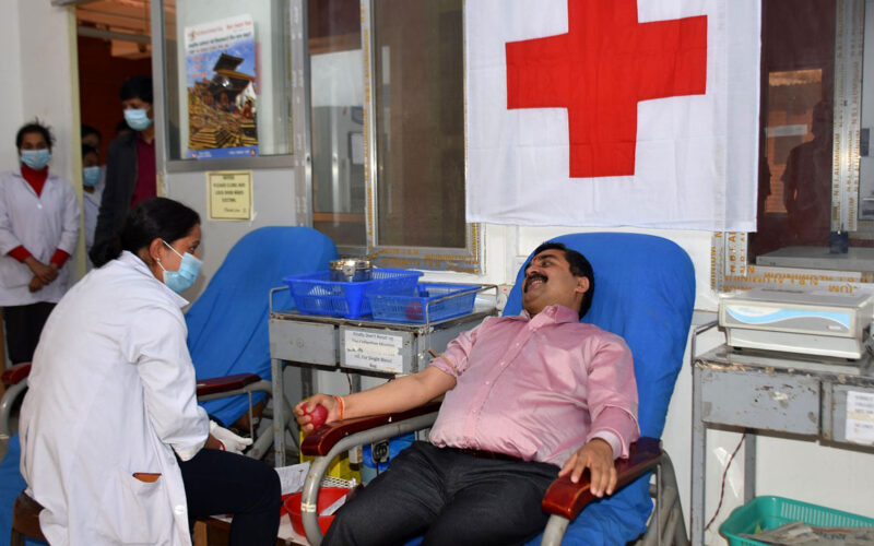 blood donation by Chief jha
